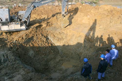 Sáng nay, việc khắc phục đường ống nước sach bị vỡ đang được triển khai. Do đường ống nằm sâu dưới lòng đất 12m, máy múc phải đào thành hố rộng cả chục m2 sau đó sẽ đóng cừ, khoanh vùng và thay thế khoảng 11m ống.Ảnh: Bá Đô