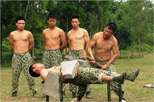 Hay đặt tảng bê tông nặng cả tạ trên bụng rồi dùng búa tạ công phá.