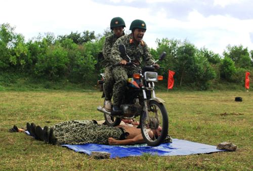 Màn công phu đi xe máy qua người.