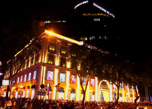 Một tòa nhà được phủ hàng nghìn đèn điện màu hồng sáng rực một góc đường khiến nhiều người thích thú đến chụp ảnh.