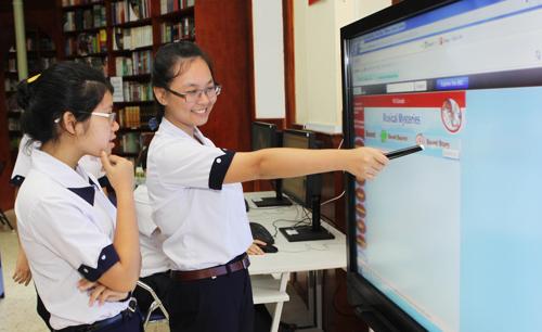 Một trong những thiết bị hiện đại khác trong Thư viện thông minh tương tác là màn hình tương tác điện tử (Interactive Board) giúp giáo viên thực hiện các bài giảng sinh động. Màn hình tương tác điện tử này cho phép 6 người có thể tương tác cùng một lúc trên màn hình, giúp giáo viên có thể tạo ra những lớp học ngoại khóa bổ ích.