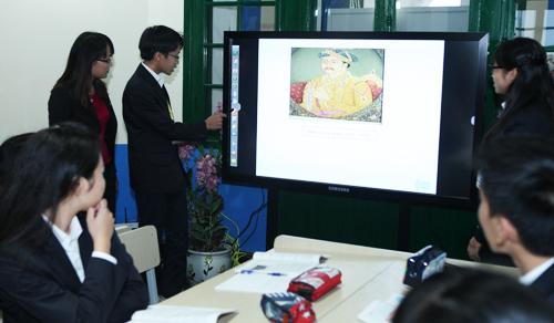 Màn hình tương tác điện tử này cho phép 6 người có thể tương tác cùng một lúc trên màn hình, giúp giáo viên có thể tạo ra những lớp học ngoại khóa bổ ích.