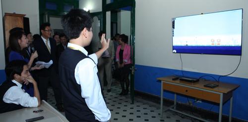 Thư viện thông minh tương tác còn có khu vực nghe nhìn được trang bị 1 Smart TV và 1 DVD, giúp học sinh xem các tài liệu băng đĩa, tư liệu liên quan đến các môn học như lịch sử và văn học. Ngoài ra Smart TV này có thể kết nối Internet giúp truy cập và tải trực tiếp các tài liệu sẵn có trên mạng để trình chiếu ngay.