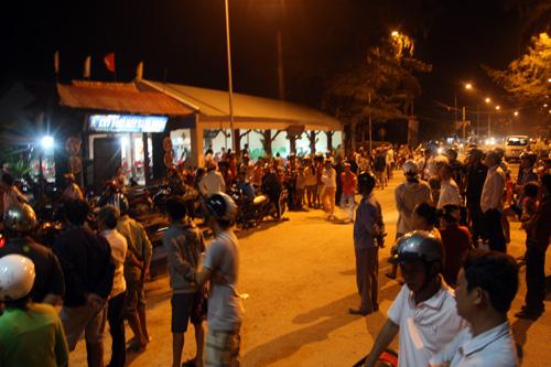 Đến 22h tối, hàng trăm ngồi dân ở Cần Giờ vẫn còn đứng nghẹt trước cổng bãi biển để ngóng tin từ lực lượng cứu hộ phía ngoài biển.