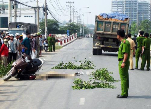 Hiện trường xe ben và xe máy trên đường Lê Văn Việt. Ảnh: An Nhơn