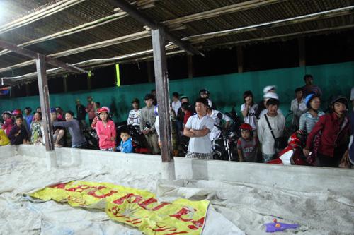 Khu vực ăn uống khi tới biển của 96 học sinh của trường THCS Nguyễn Bỉnh Khiêm tối nay được dọn dẹp để thi thể các học sinh mất tích.