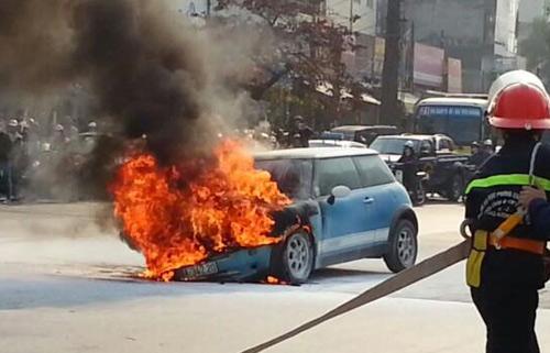 Gần 15h chiều 31/12, chiếc xe do một người đàn ông trung tuổi lái, bốc cháy dữ dội khi đi đến gần ngã tư Nguyễn Trãi - Khuất Duy Tiến. Rất may tài xế và hai trẻ nhỏ kịp tháo chạy ra ngoài thoát thân.