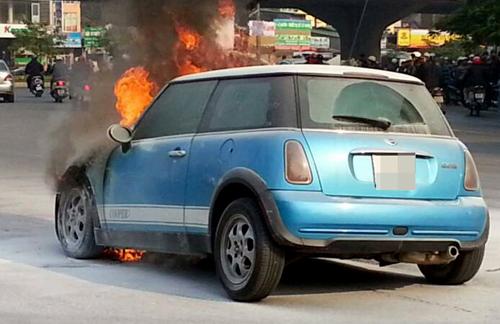 """""""Khói thoát ra từ dưới gầm xe, đoạn gần động cơ, rồi lửa bén lên rất nhanh, giống như cháy bình xăng. Chỉ chưa đầy 2 phút ngọn lửa đã bao trùm toàn bộ phần đầu xe"""", anh Trung, tài xế xe ôm chứng kiến vụ cháy kể lại."""