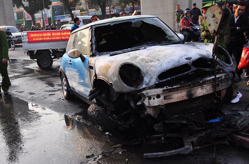 Chưa đầy 10 phút sau, xe cứu hỏa có mặt tại hiện trường và đã nhanh chóng khống chế được ngọn lửa nên đám cháy không lan ra toàn bộ xe.