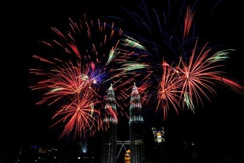 Pháo hoa nổ trên bầu trời gần tòa tháp đôiPetronas