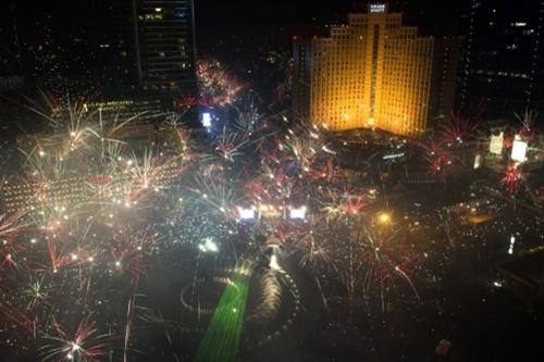Màn bắn pháo hoa liên tiếp trước khách sạn Roundabout ở Jakarta, Indonesia.Ảnh: AFP.