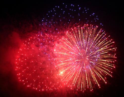 Đúng 0h, chương trình bắn pháo hoa mừng năm mới bắt đầu trong tiếng reo hò của hàng chục nghìn người dân TP HCM.
