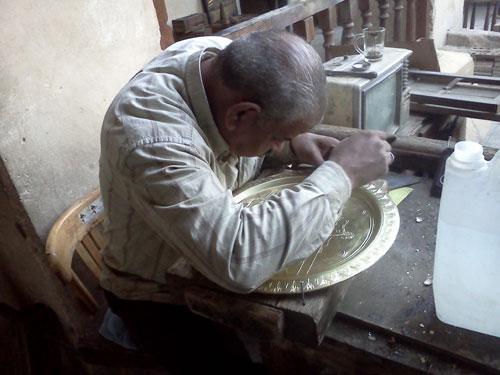 [Caption]Len lỏi vào từng ngõ ngách của ngôi chợ cổ này, du khách còn có thể tham quan các xưởng chế tác của các nghệ nhân hay những tấm thảm dệt bằng tay.