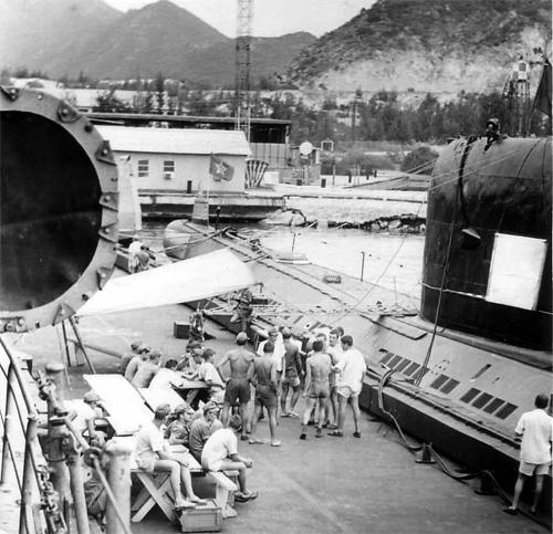 """Năm 1985. Cầu tàu quân cảng căn cứ Cam Ranh, nhìn từ trên boong tàu """"Vasili Chapaev""""."""