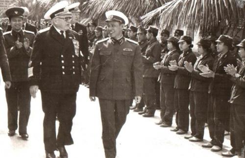 Tháng 12 năm 1979. Đô đốc Hạm đội Liên bang Xô Viết S.G.Gorshkov, Tổng tư lệnh Hải quân Liên Xô đến Hà Nội để đặt quan hệ công tác với Bộ Quốc phòng CHXHCN Việt Nam. Trong ảnh là Tư lệnh Hải quân Việt Nam, Thiếu tướng Giáp Văn Cương đón đoàn.