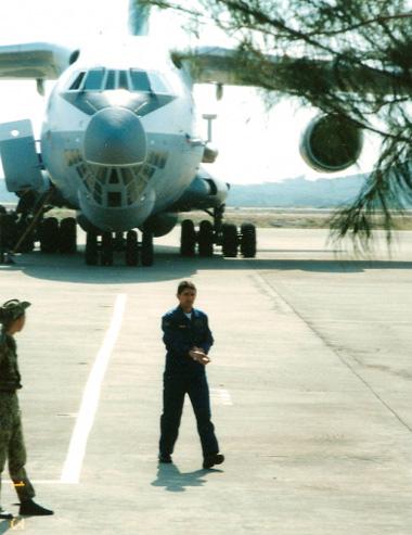 """Ngày 3 tháng 5 năm 2002 trên sân bay Cam Ranh. Chuyến máy bay vận tải quân sự IL-76 cuối cùng """"chở"""" các chuyên gia còn lại và các quân nhân Nga cùng với chủ tịch ủy ban thanh lý chuẩn đô đốc Ivliev A.N. Trên hình là cơ trưởng IL-76. phi công hạng nhất đại tá Kruze Valery Andreevitch."""