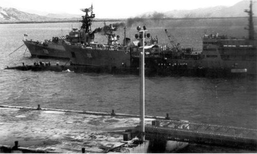 Những năm 1980-1981, tàu ngầm và các loại tàu mặt nước, tàu căn cứ, tàu công bnh xưởng nổi trước bến quân cảng Cam Ranh.