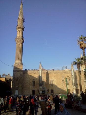 Ngoài ra, đếnchợ Khan al-Khalili, du khách còn được chiêm ngưỡng những công trình kiến trúc cổấn tượng như thánh đường Al-Hossein, thánh đường al-Aqmar, Đai học Al-Azhar,trường đại học đầu tiên của Ai Cập, cổng thành Bab Zu-way-la có từ thế kỷ X...với kiến trúc nghệ thuật đỉnh cao từ thế kỷ XII.