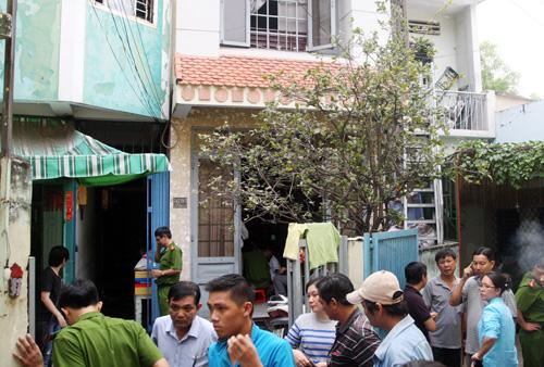 Những phòng trọ phát nổ nằm phía sau căn nhà màu xanh. Ảnh: An Nhơn