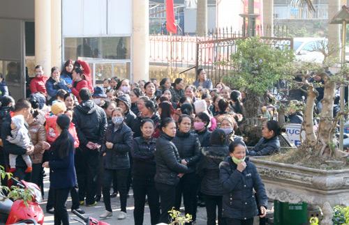 Nhiều ngày qua, cả trăm tiểu thương tập trung tại ủy ban nhân dân xã Ninh Hiệp để phản đối việc xây thêm trung tâm thương mại. Ảnh: Phương Sơn