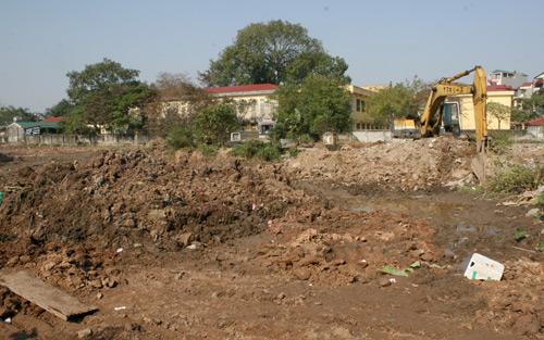 bãi đất trống nằm giữa trường Trung học cơ sở Ninh Hiệp và bãi để xe của chợ Nành, được cho là để xây dựng  chợ và công viên vui chơi với máy ủi, máy xúc, mấy ngày trước vào để giải phóng mặt bằng đã bị dừng hoạt động.