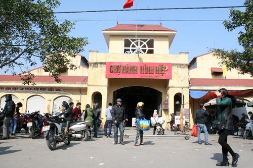 Vài ngày qua chợ Nành (xã Ninh Hiệp, Gia Lâm, Hà Nội), được coi là chợ đầu mối về vải vóc, quần áo lớn nhất thủ đô tạm dừng hoạt động.