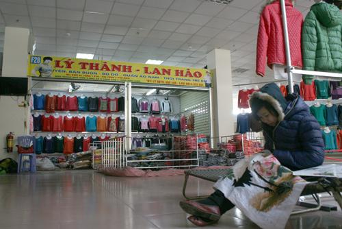 Duy nhất trên tầng hai của trung tâm thương mại chợ Nành (Ninh Hiệp) có một của hàng hoạt động, tuy nhiên không có một bóng người.