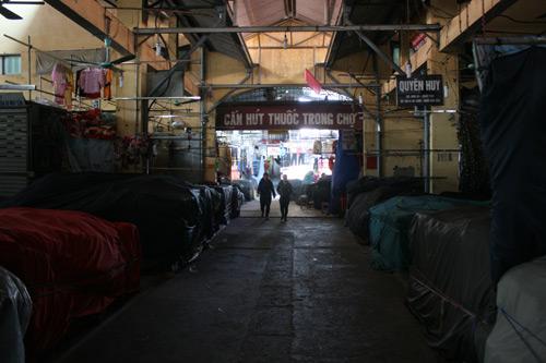 Hàng trăm ki ốt được che, bịt kín bởi những tấm vải.