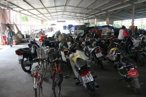 Nhà để xe của chợ, nơi được cho là sẽ phải di dời để trở thành trung tâm thương mại.