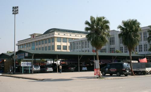 Cách khu này khoảng vài mét là hai trung tâm thương mại với hai tòa nhà, một tòa 3 tầng và 5 tầng.