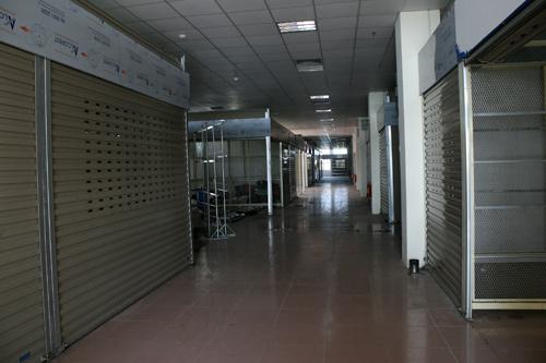 Theo ban quản lý trung tâm này, mỗi tầng có hơn 200 ki ốt, phần lớn đã được các tiểu thương mua trả góp từ trước, tuy nhiên hiện nay bỏ không...