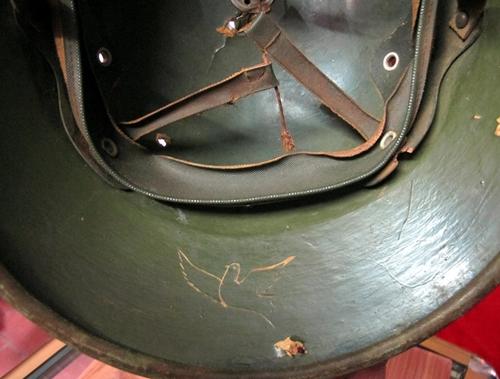 Chiếc mũ cối có khắc hình chim bồ câu được John Wast tìm thấy. Ảnh: AP.
