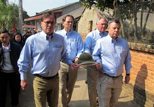 Các cựu binh Mỹ trao trả lại chiếc mũ cối cho gia đình liệt sĩ Hung. Ảnh: AP.
