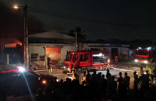 Hàng trăm cảnh sát cứu hỏa cùng hàng chục sẽ chữa cháy đã có mặt dập lửa. Tuy nhiên do đám cháy quá lớn, khí gây ngạt khiến công tác chửa cháy gặp nhiều khó khăn.
