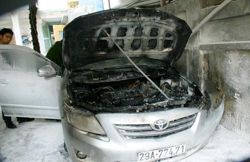 Xe ôtô 4 chỗ bị cháy trơ trụi phần máy. Ảnh: Phương Sơn