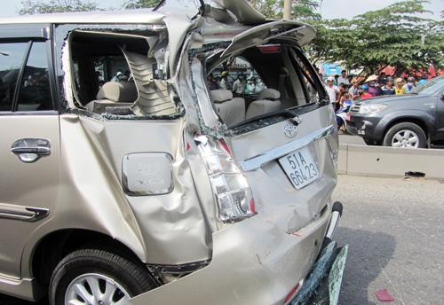 Chiếc ô tô bị xe tải đâm vào đuôi. Ảnh: Châu Thành