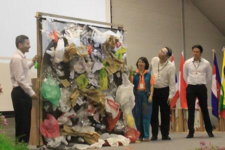 Bộ trưởng Singapore cùng sinh viên ngăn chặn rác thải
