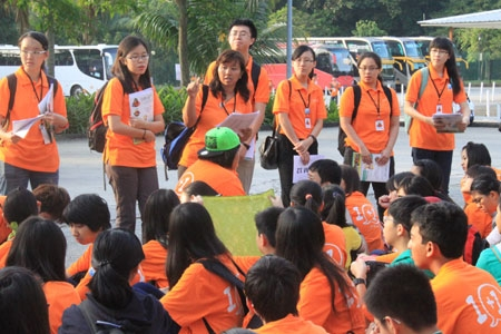 Sinh viên tập trung nghe hướng dẫn bảo vệ môi trường Những hòn đảo được phủ xanh dù nằm cạnh cơ sở xử lý rác