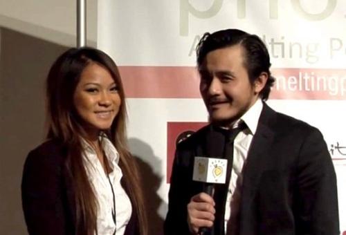 Kim Pham (trái) trong buổi phỏng vấn liên quan đếnhai tuyển tập văn học