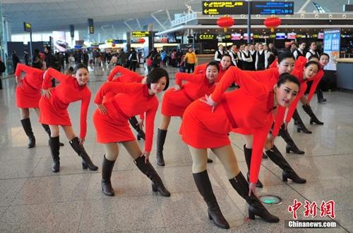 Màn biểu diễn nhanh chóng thu hút sự chú ý của hành khách đang có mặt tại sân bay. Nhiều người sử dụng điện thoại để ghi lại sự kiện này. Ảnh: news.qq.com.