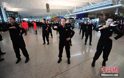 Nhân viên an ninh sân bay tham gia vào điệu nhảy. Anmhr: