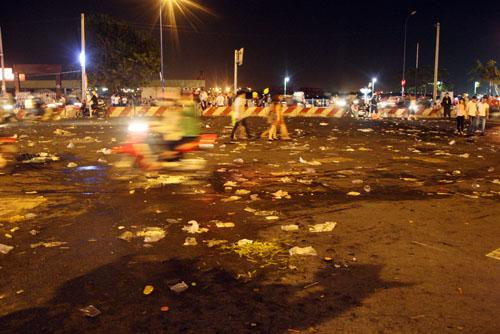 Rác nhiều nhất là ở khu vực Bến Bạch Đằng, nơi mà hàng nghìn người ngồi chật kín đường để xem pháo hoa.