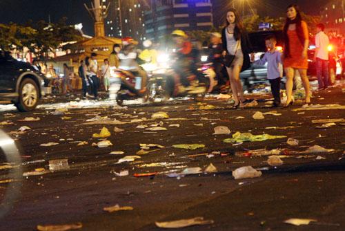 Sau 15 phút pháo hoa kết thúc, dòng người kéo nhau ra về bỏ lại những con đường trung tâm TP HCM như Nguyễn Huệ, Tôn Đức Thắng, Hàm Nghi, cầu Khánh Hội...ngập rác.