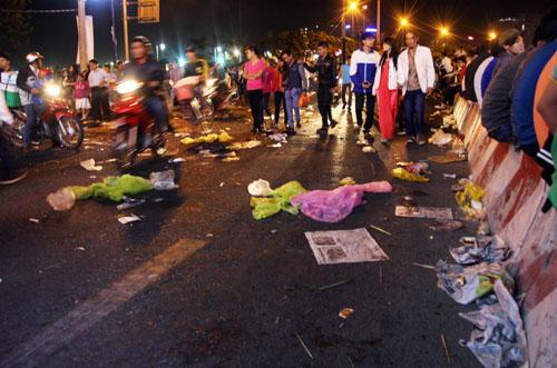 Các loại rác được xả thẳng xuống đường.