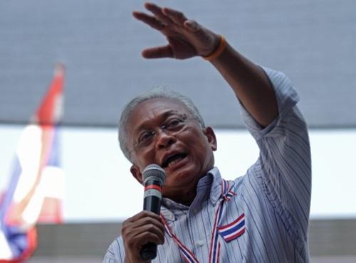 Ông Suthep Thaugsuban nói chuyện với người biểu tình trong cuộc tuần hành ở Bangkok hôm 2/2. Ảnh: AFP.