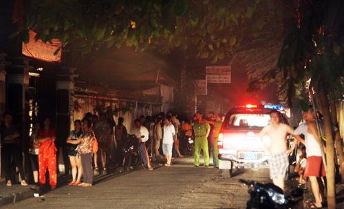 Nhiều người dân ở khu Mả Lạng nháo nhào vì đám cháy giữa đêm. Ảnh: An Nhơn