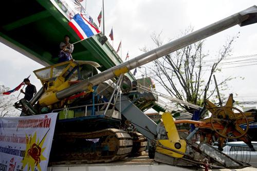 Hàng trăm nông dân đã kéo đến vây Bộ Thương mại ở Bangkok,nơi trực tiếp thực hiện chương trình trợ giá gạo,trong khi những người khác phong tỏa các đường cao tốc.Một số nông dân lên kế hoạch ngủ qua đêm trên đường phố và dọa tập hợp thêm người để bao vây trụ sở bộ trong ba ngày tới nếu họ không được trả tiền.TạiNakhon Phanom, một nhóm nông dân dọa đóng cửa cầu Hữu nghị Thái-Lào nếu họ không được thanh toán tiền trong một tuần tới.