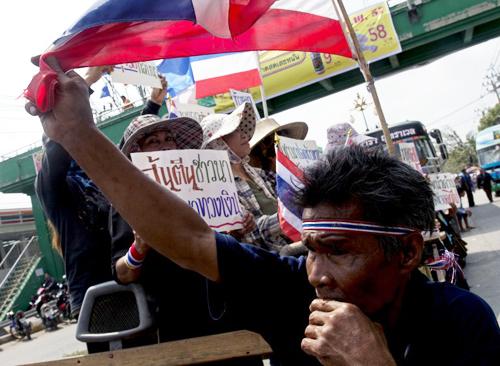 Chính phủ của bà Yingluckhiện nợ nông dân đến 4,3 tỷ USDtheo chương trình trợ giá gạo.Cuộc biểu tình của nông dân Thái Lan làm tăng thêm áp lực cho bà khi cuộckhủng hoảng chính trịkéo dài nhiều tháng quavới phe đối lập vẫn chưa có lối thoát. Yingluck khẳng định sẽ thanh toán đầy đủ các khoản nợ cho nông dân, nhưngchính phủ tạm quyền không có đủ quyền lực để tự quyết các vấn đề tài chính để giải ngân.