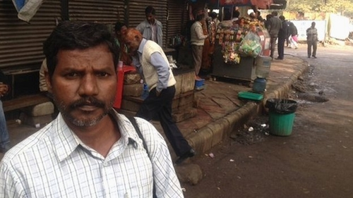 Ratan Kumar Malbisoi đi 1.700 km để nhận một giải thưởng ảo. Ảnh: BBC/