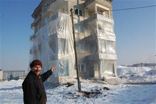 ông Huseyin Arme ở miền đông Thổ Nhĩ Kỳ bọc ba phần năm tòa nhà bằng nylong để chống rét. Ảnh: DHA